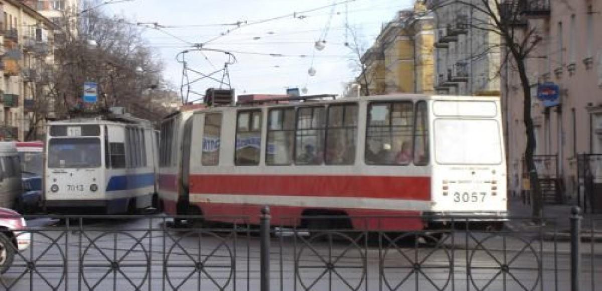 В Москве автомобиль ВАЗ врезался в трамвай