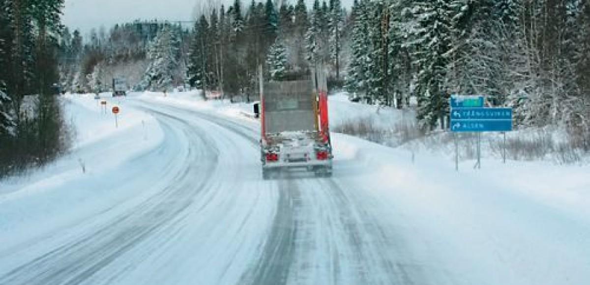 Трассу Москва-Петербург перекрыли грузовые фуры