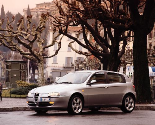 Alfa Romeo 147 1.6 T-Spark. Синьорина в гольфах