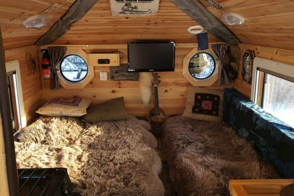 Американец превратил пикап в деревянный дом на колесах