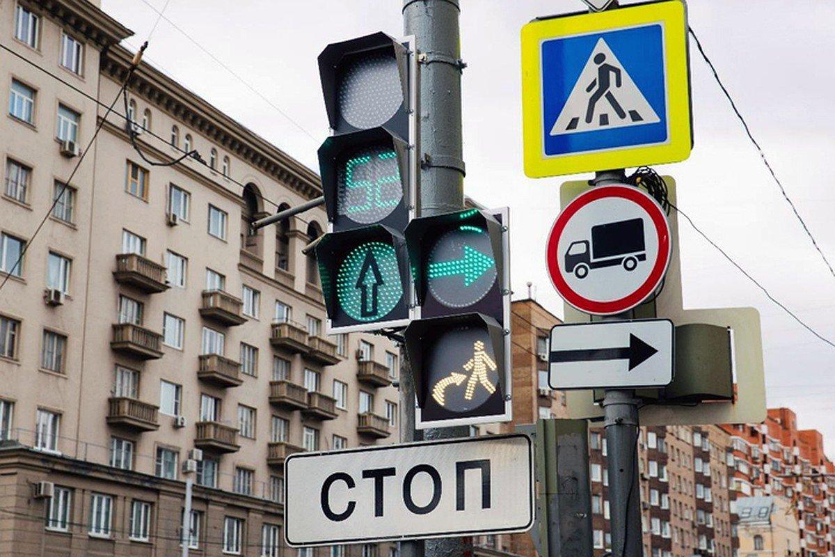 Светофоры в Москве переключены на «график выходного дня»