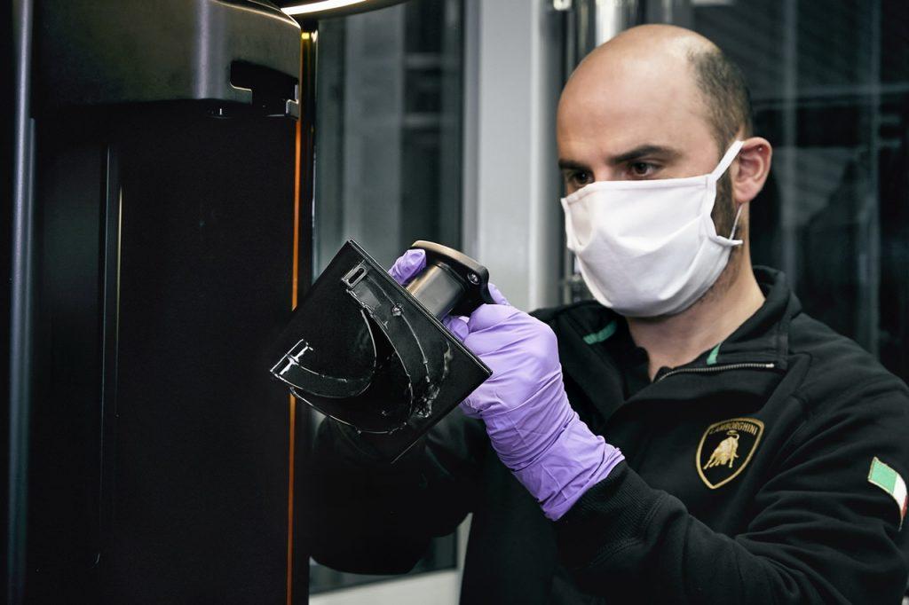 Маски вместо суперкаров: как Lamborghini борется с пандемией