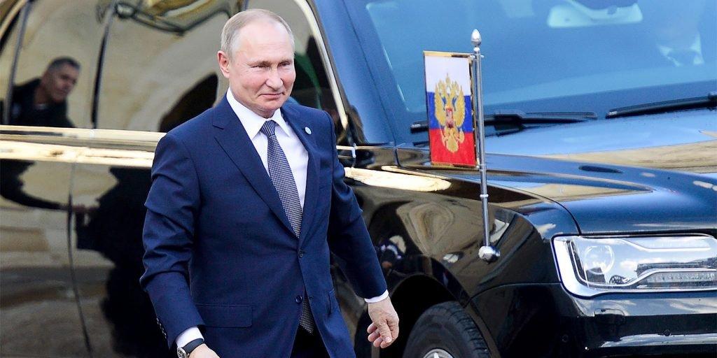 Путин поручил правительству поддержать российский автопром
