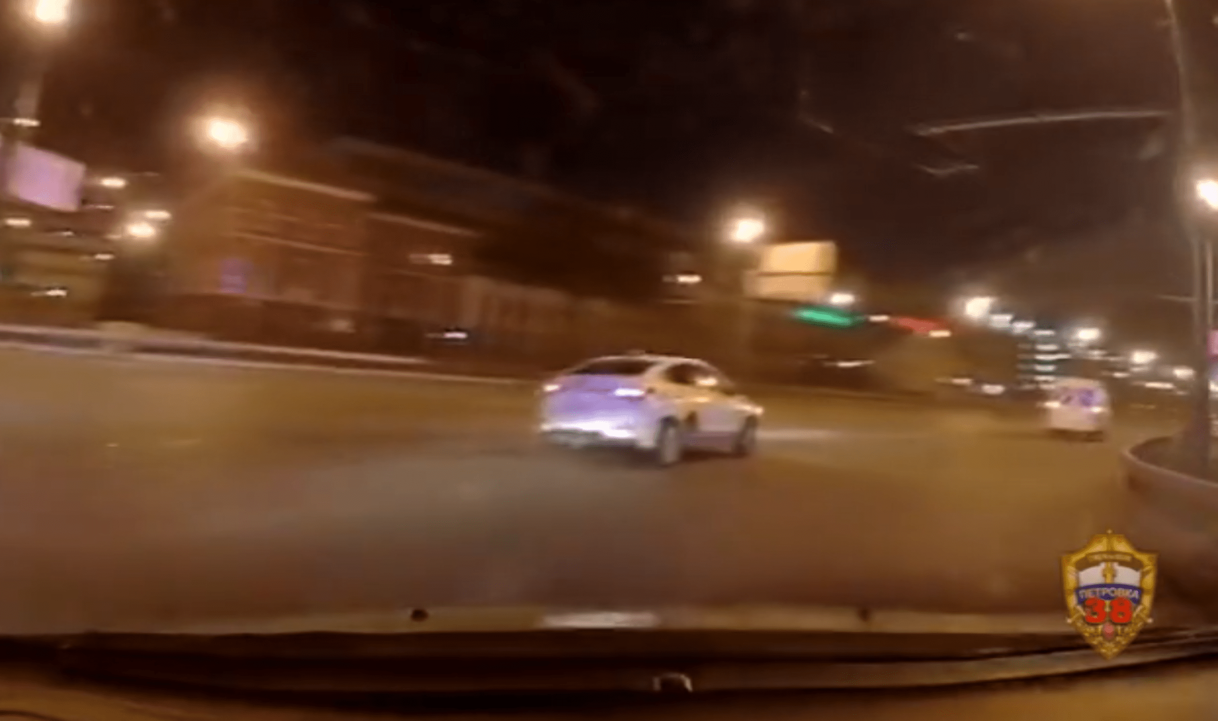 В Москве полицейские расстреляли такси без пропуска (видео)