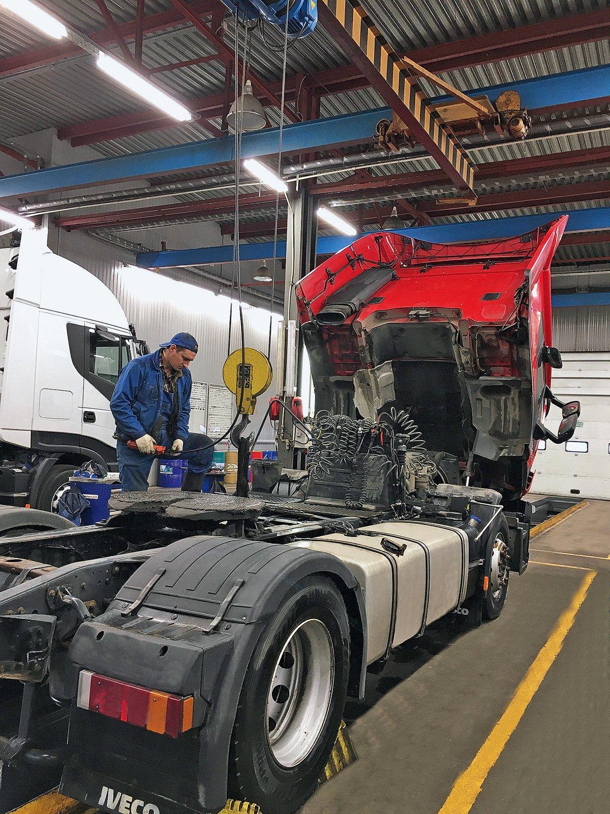 «Мы стараемся принимать всех»: как работает грузовой автосервис во время пандемии в Москве