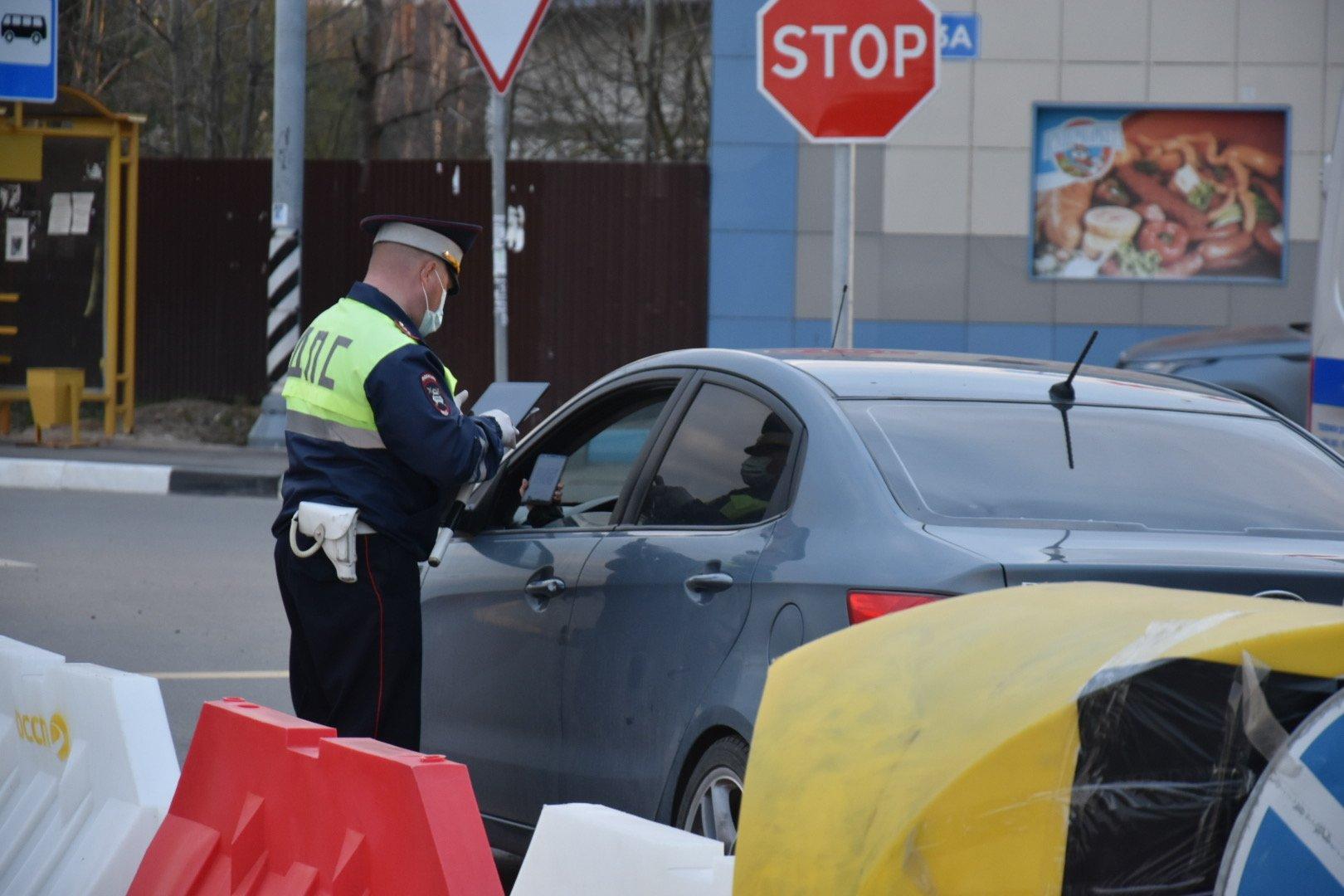 Хроники пандемии: дилеры считают убытки, власти вводят новые ограничения, полицейские выдают маски водителям