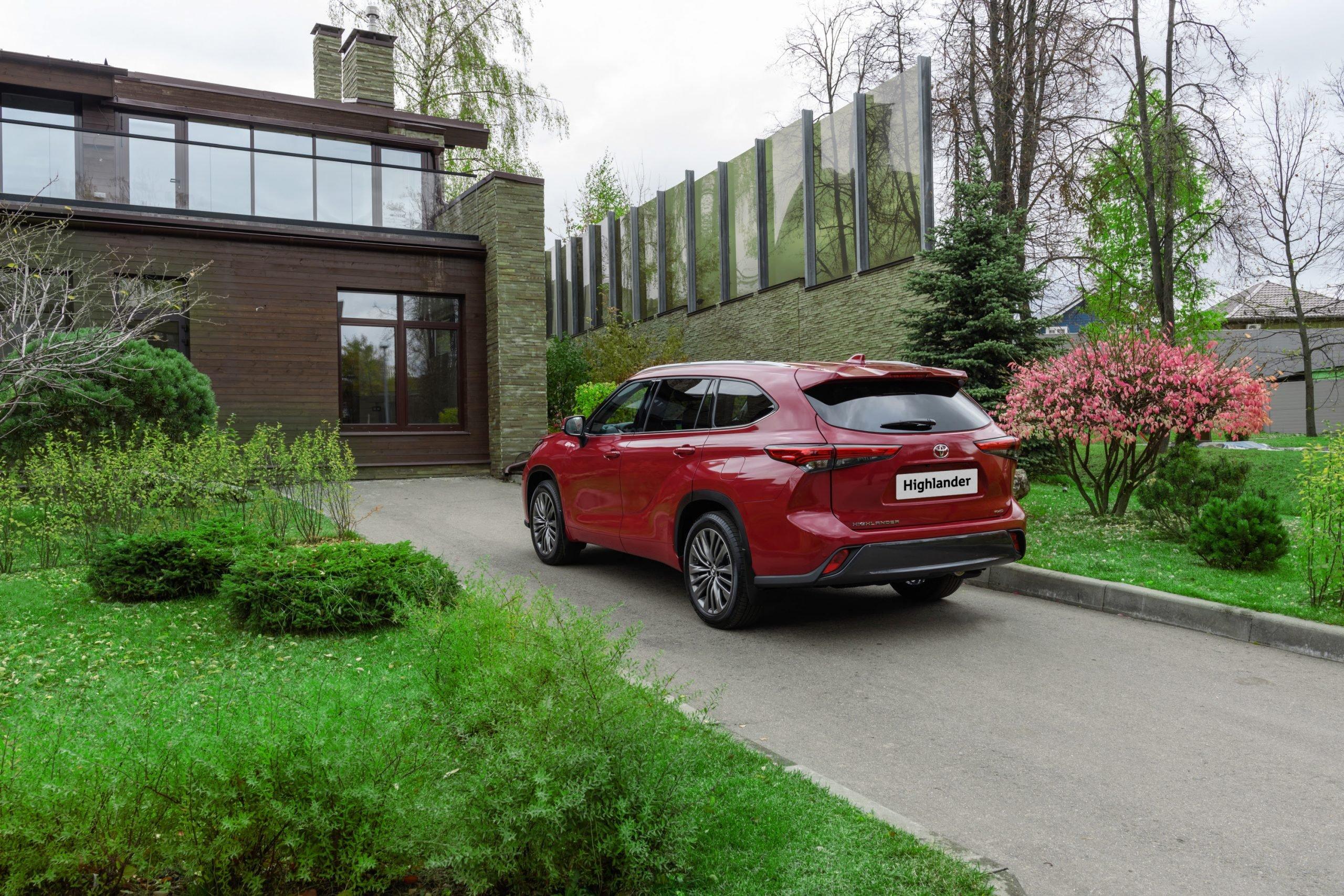 Летом Toyota привезет в Россию новый 7-местный кроссовер