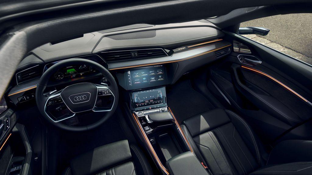 Электрический кроссовер Audi e-tron доехал до России