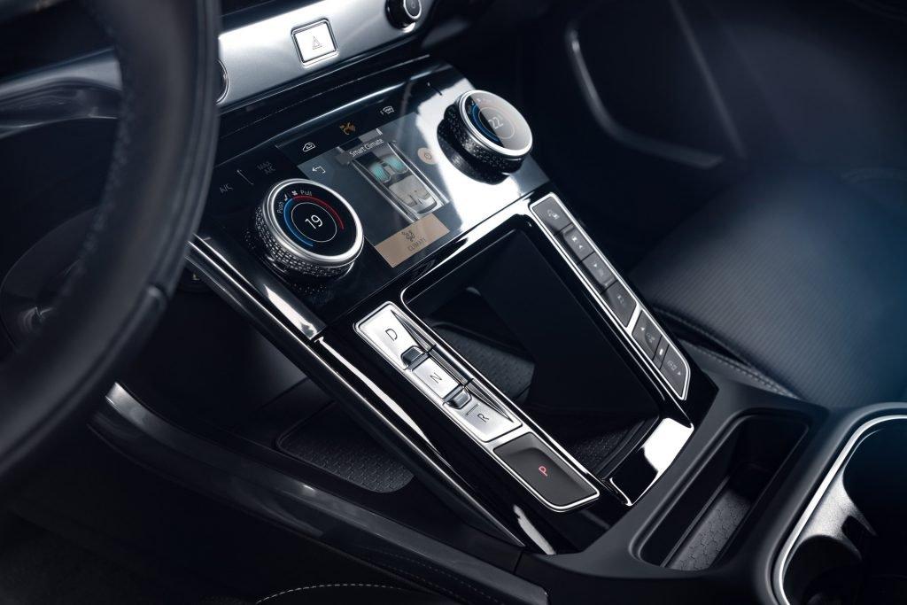 Обновленный электрокроссовер Jaguar I-Pace стал удобным, как смартфон