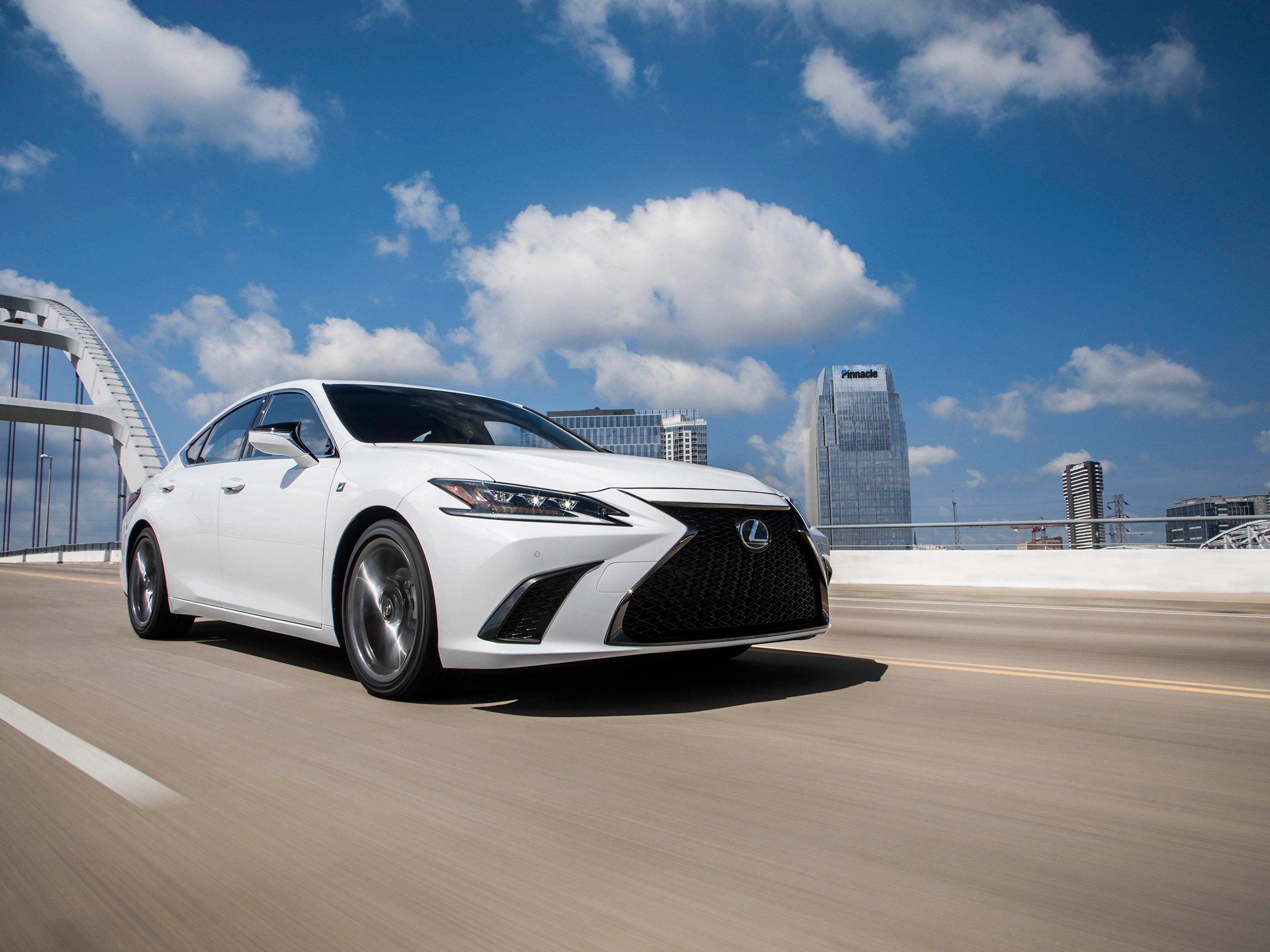Lexus представил самый доступный спорт-седан