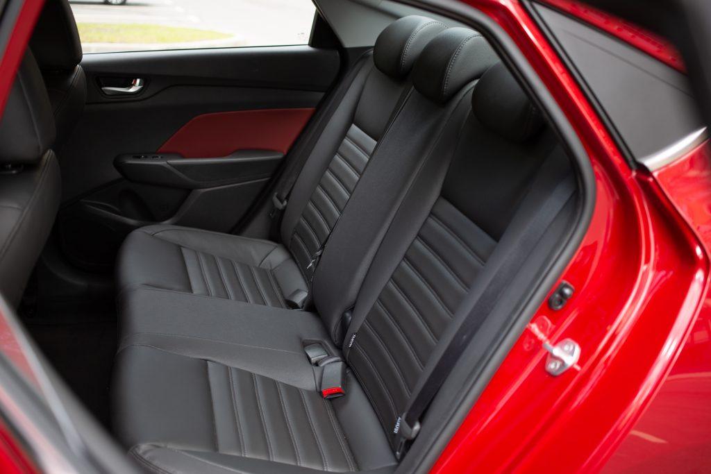 Hyundai Solaris с автоматом против Lada Vesta с вариатором: выбираем седан за миллион рублей