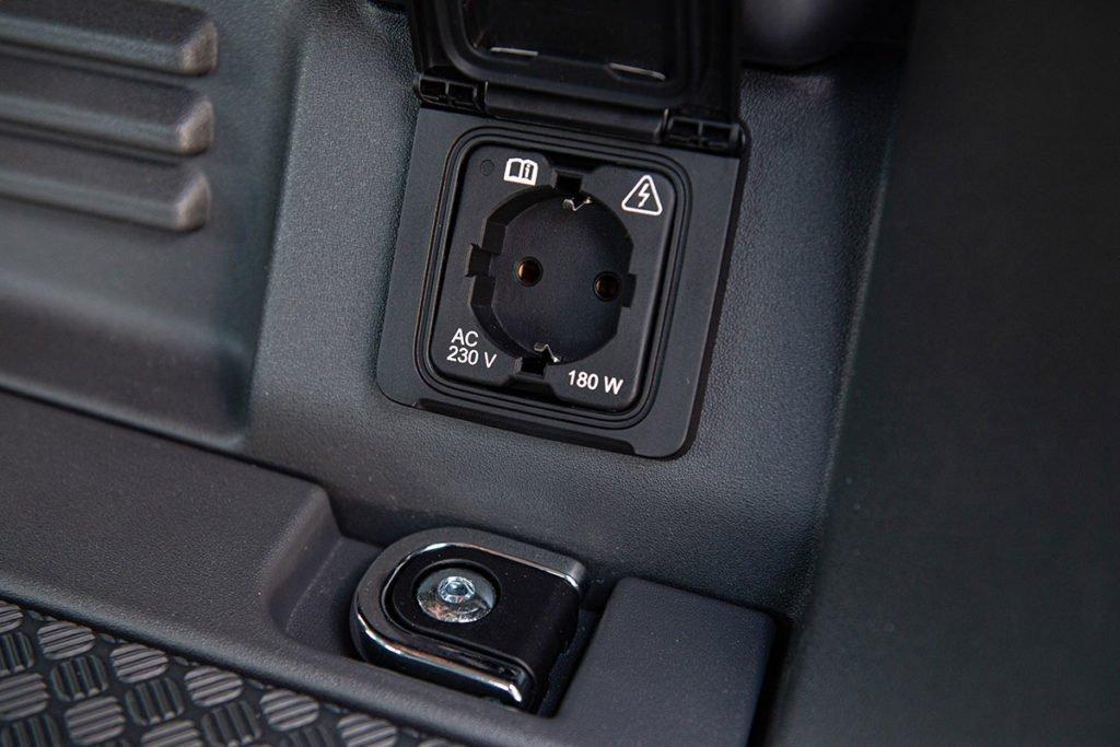 Как едет новый Land Rover Defender без рамы на асфальте и бездорожье