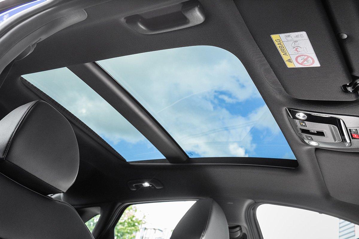 Взгляд на новый Kia K5 через панорамный люк Webasto