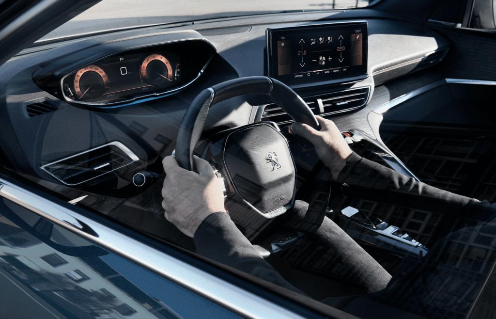 Крупный кроссовер Peugeot 5008 получил обновленную внешность
