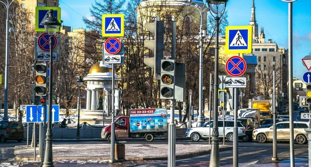 В Москве планируют убрать жёлтые рамки вокруг дорожных знаков