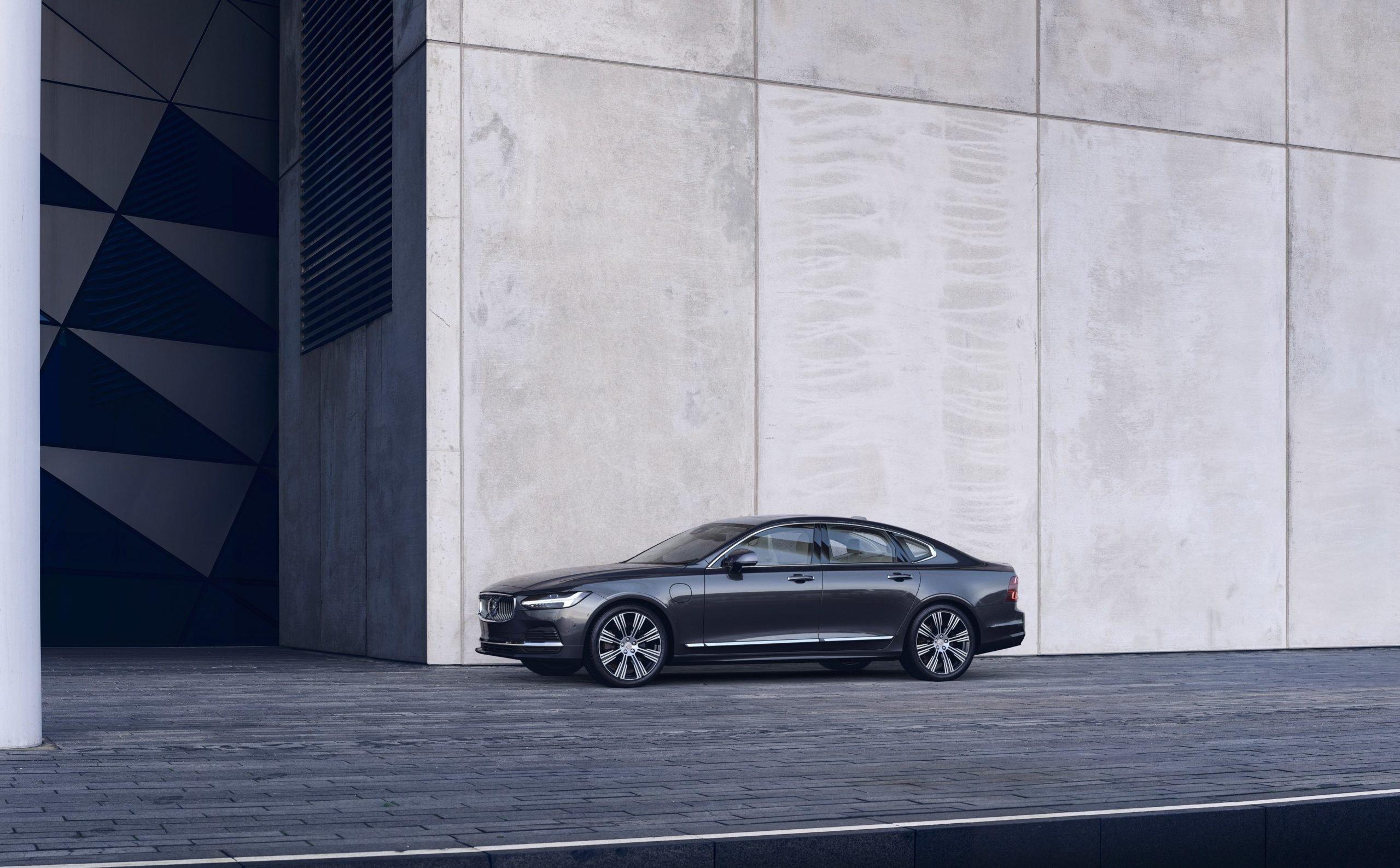 Обновленные Volvo S90 и V90 Cross Country: названа цена в России