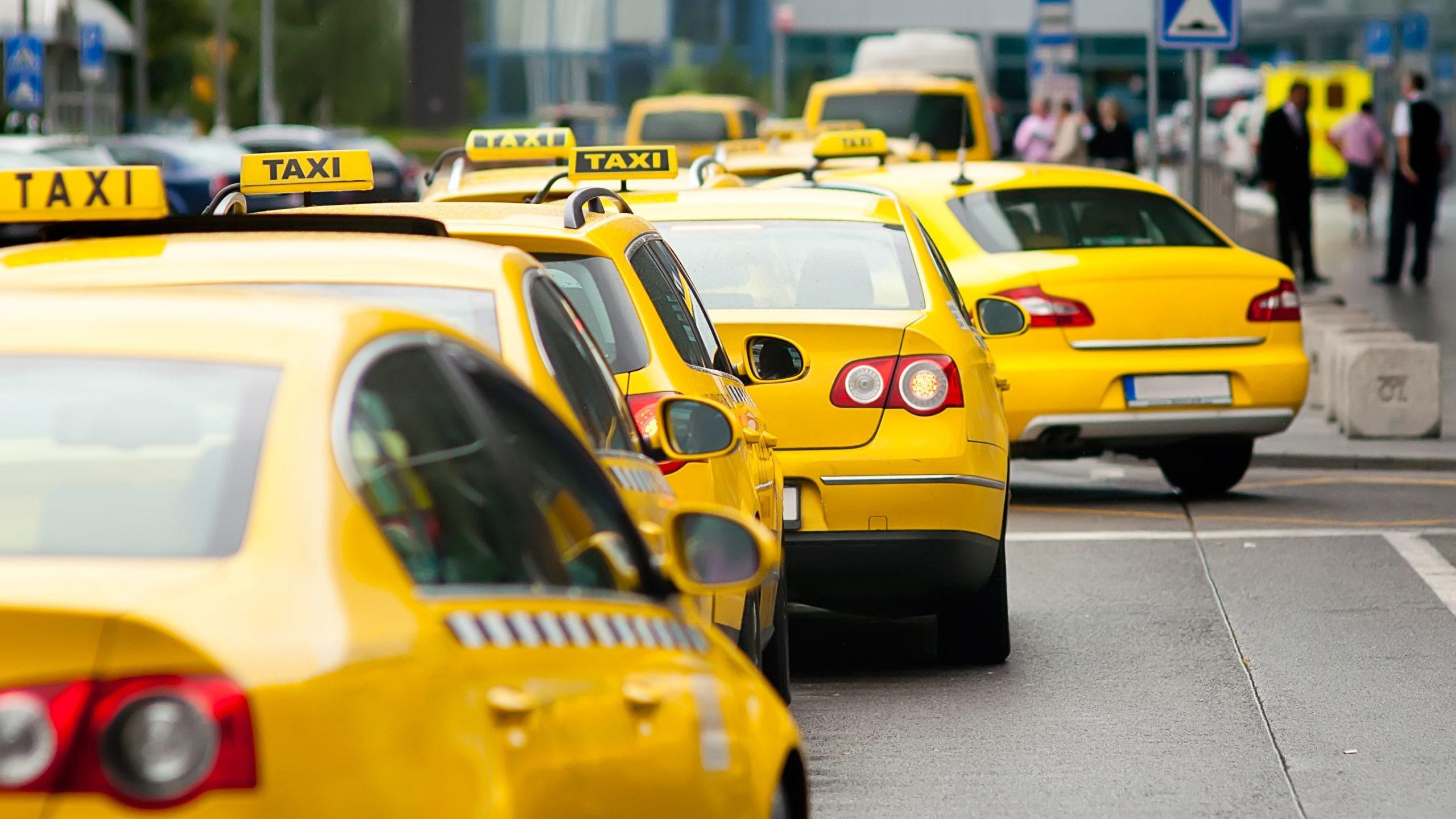 Агрегаторов такси обяжут передавать данные водителей в Дептранс