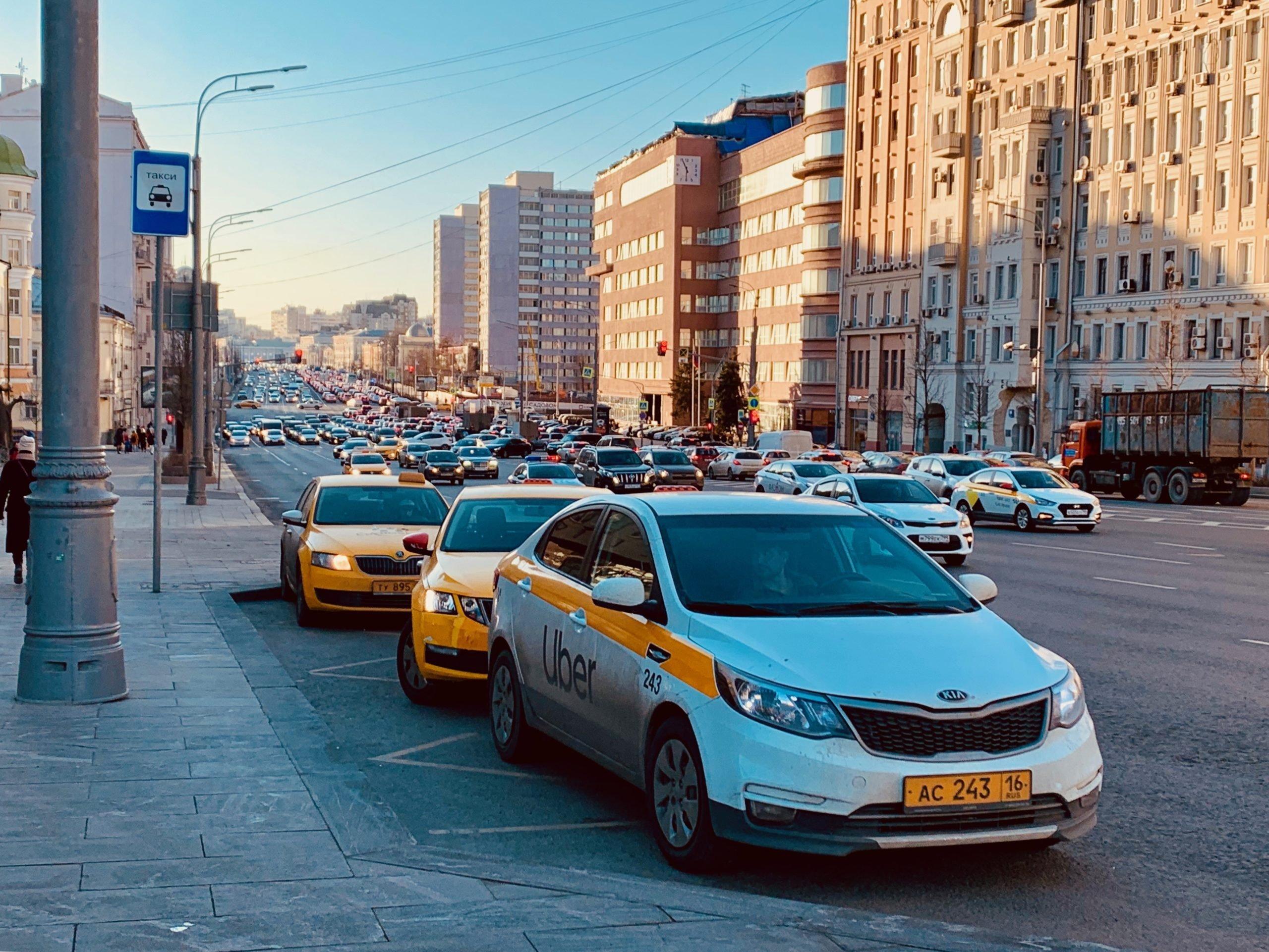 Столичный Дептранс назвал самые частые нарушения ПДД таксистами