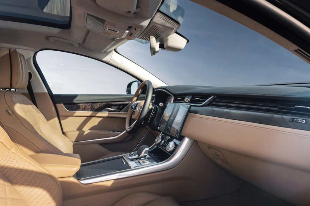 Обновленный Jaguar XF получил невероятный безрамочный дисплей