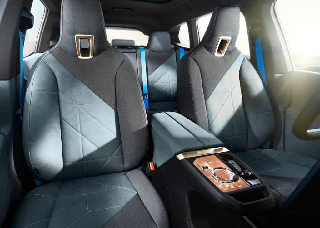 BMW представил новый флагманский электрокроссовер iX