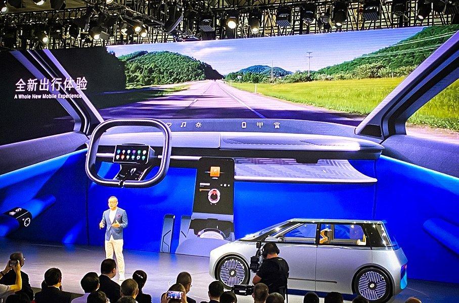 Китайцы показали необычный электрокар с экранами на кузове