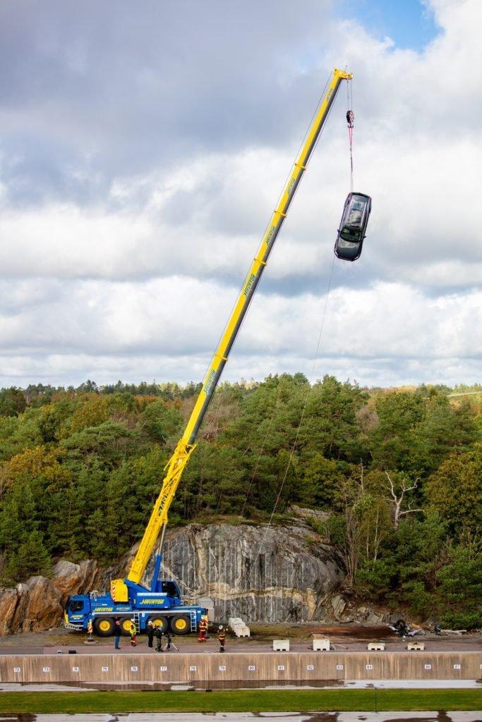 Новые Volvo сбрасывают с 30-метровой высоты (видео)