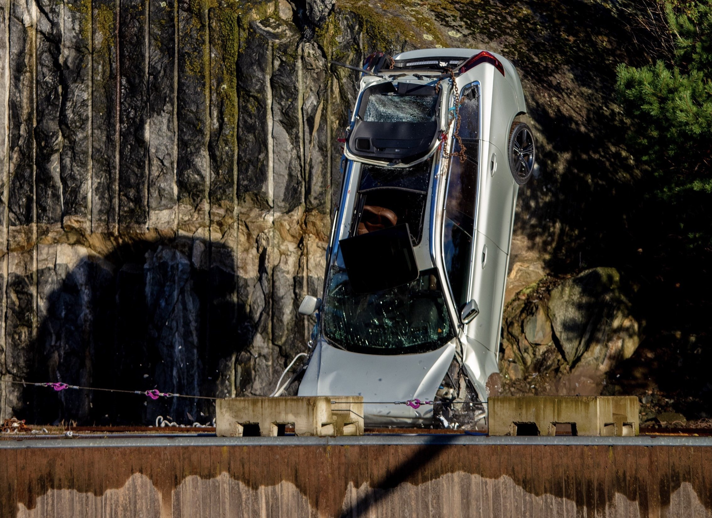 Новые Volvo сбрасывают с 30-метровой высоты
