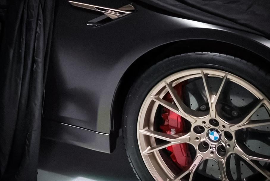BMW частично показал «заряженный» седан M5 CS, который приедет в Россию