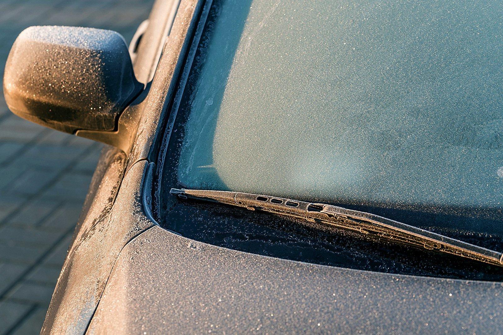 Как быстро убрать лёд со стекла: есть проверенное средство