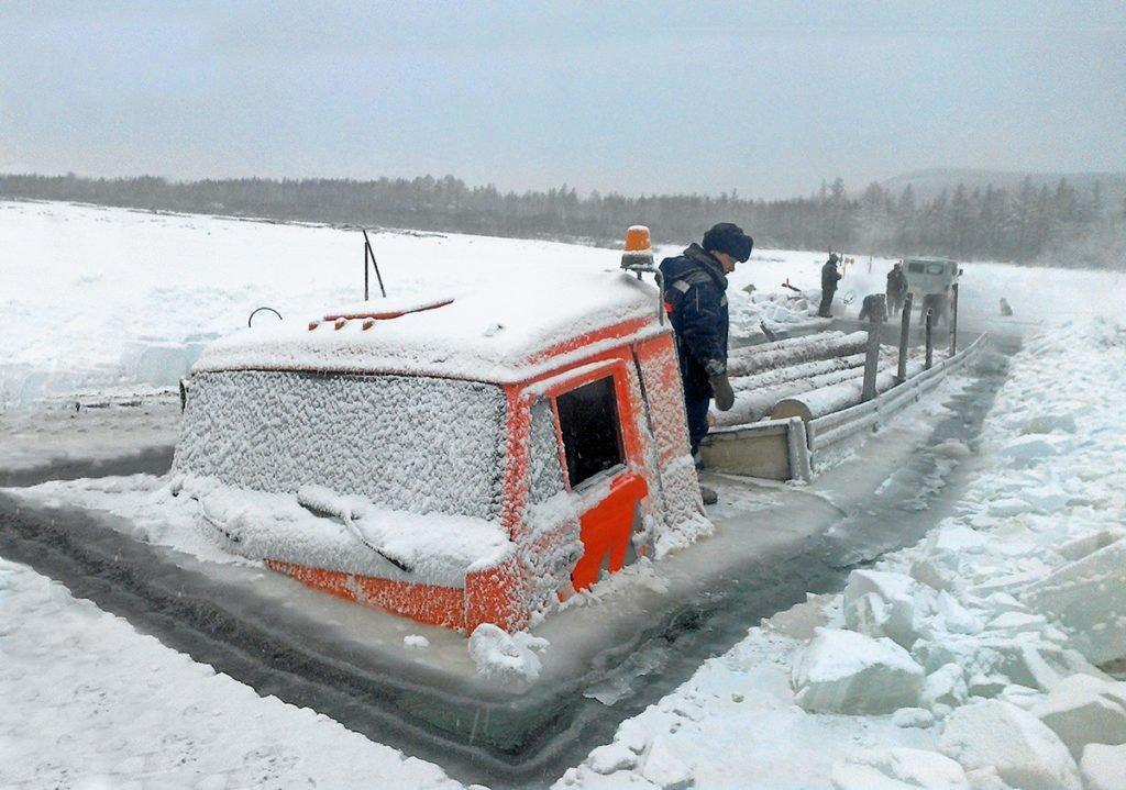 Коварные зимники: как на Крайнем Севере строят дороги из снега и льда и какую опасность они в себе таят