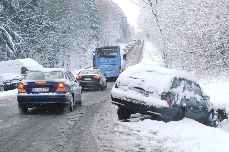 Почему электронные системы и полный привод не спасают на зимней дороге?
