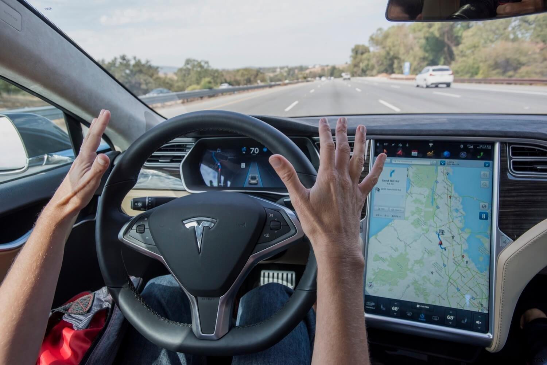Автопилот Tesla распознал несуществующего человека