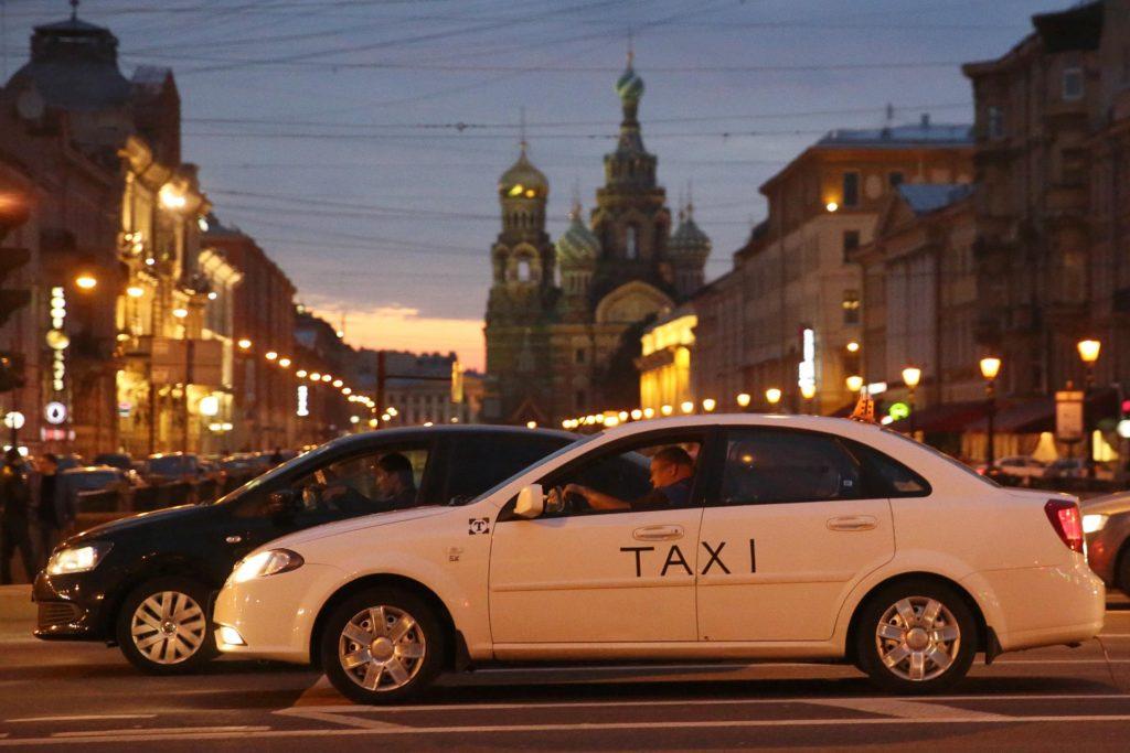 Петербургских таксистов научат этике