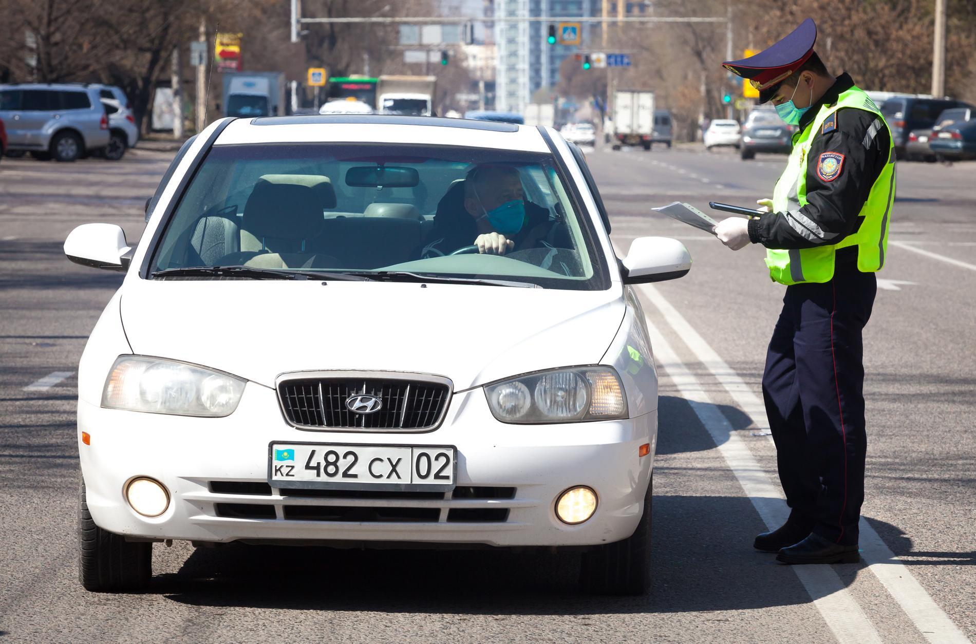 Водителям в Казахстане разрешили ездить без документов