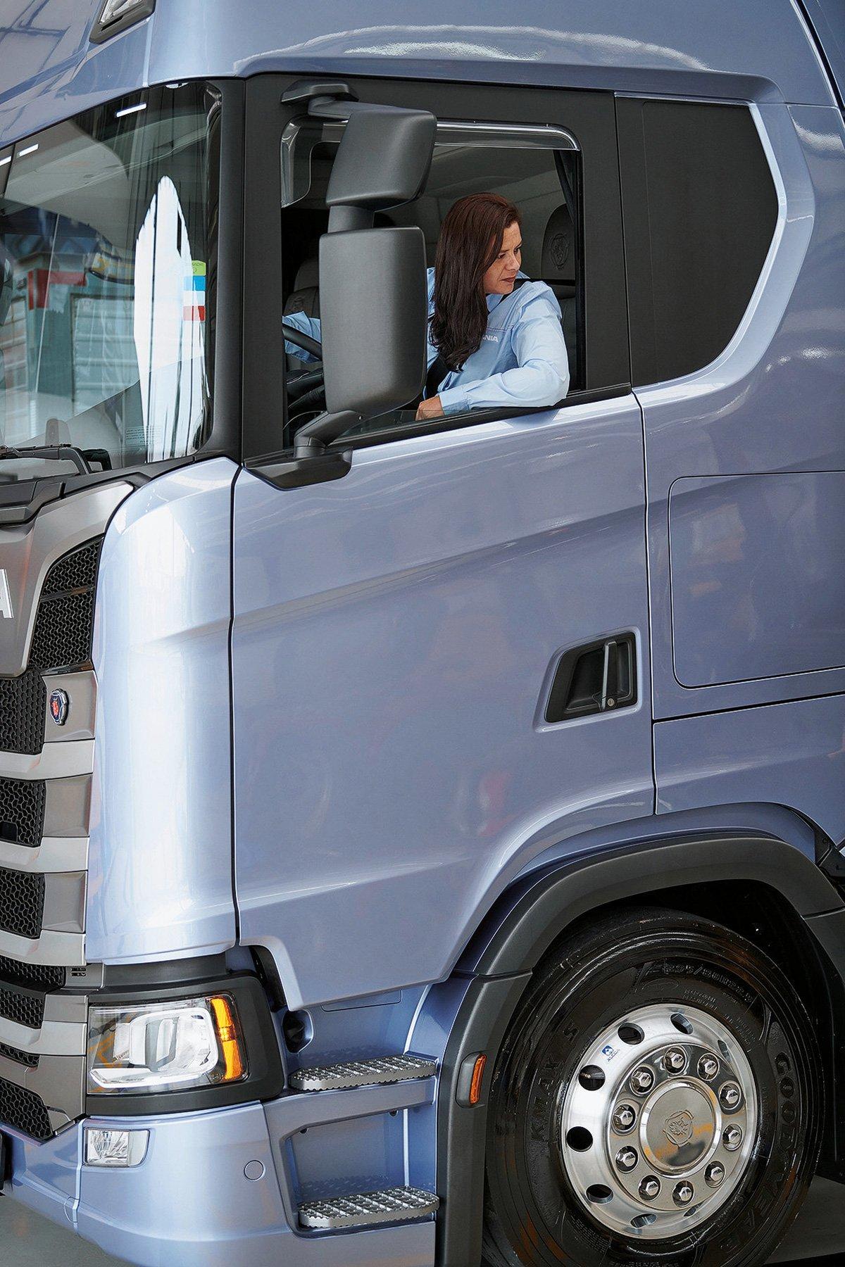 «Водить грузовик было моей мечтой» – истории женщин, которые водят тяжелую технику и мнение работодателей