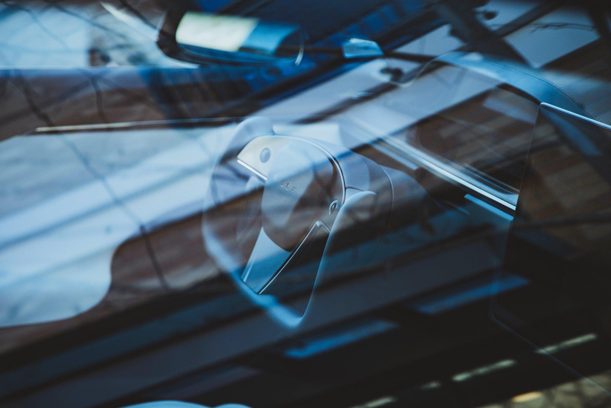 Tesla вывела на дороги Model S со штурвалом вместо руля