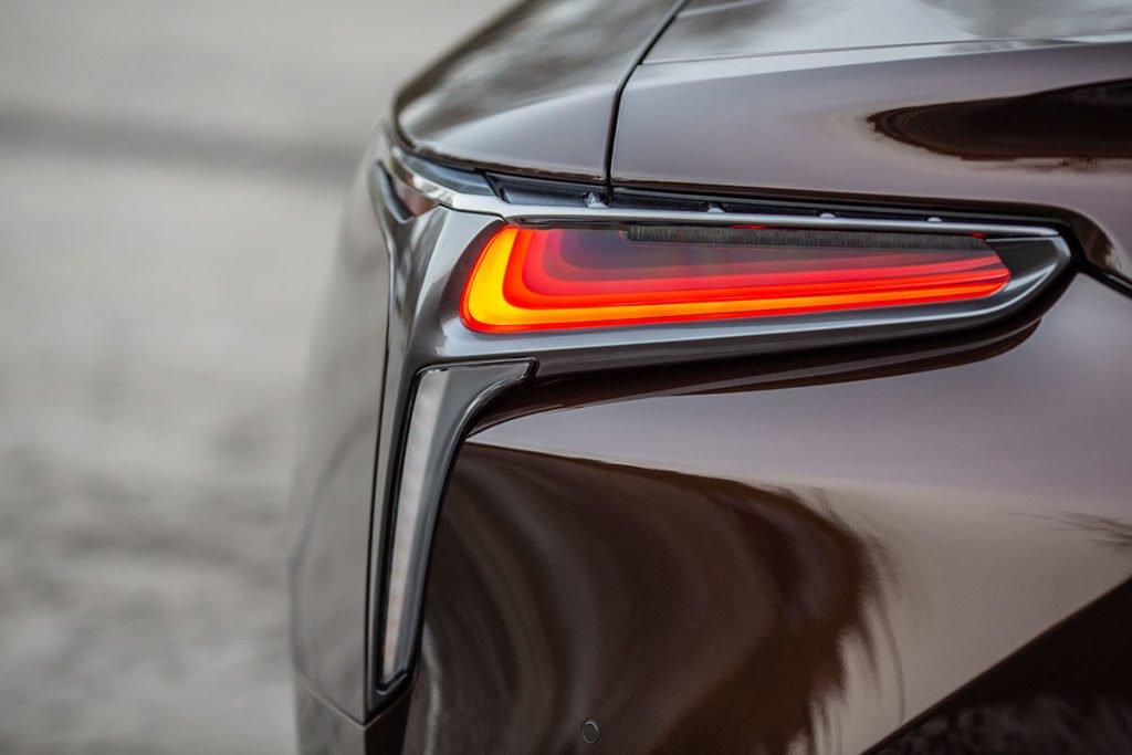 Jaguar F-Type R против Lexus LC 500. Непрактичные игрушки или идеальные спорткары на каждый день?
