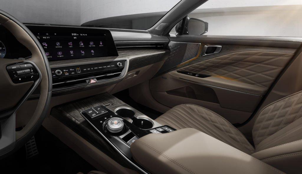 Новый седан Kia K8 получит полный привод и «умное» водительское кресло