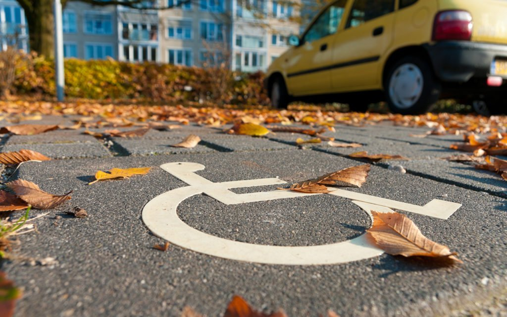 Инвалидов предложили освободить от оплаты за «вынужденную» парковку