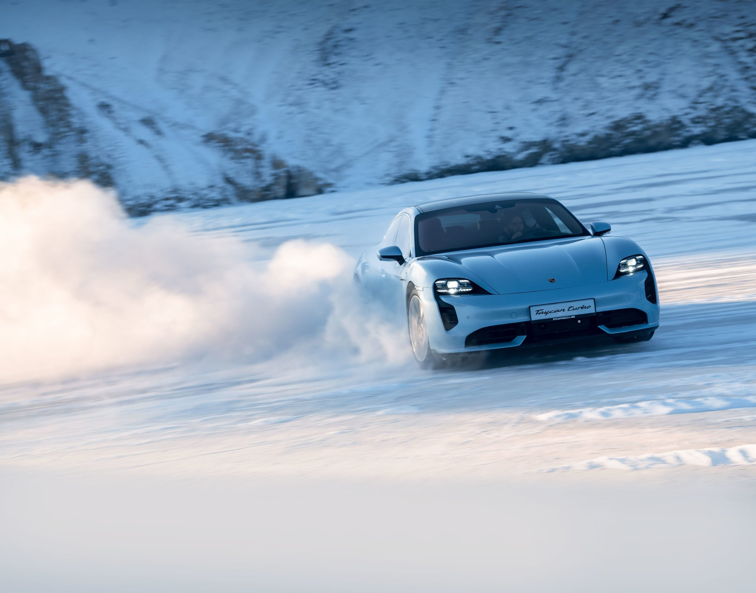 «Раздал» на Porsche Taycan Turbo и 911 Targa 4S по льду Байкала: ожидания и реальность