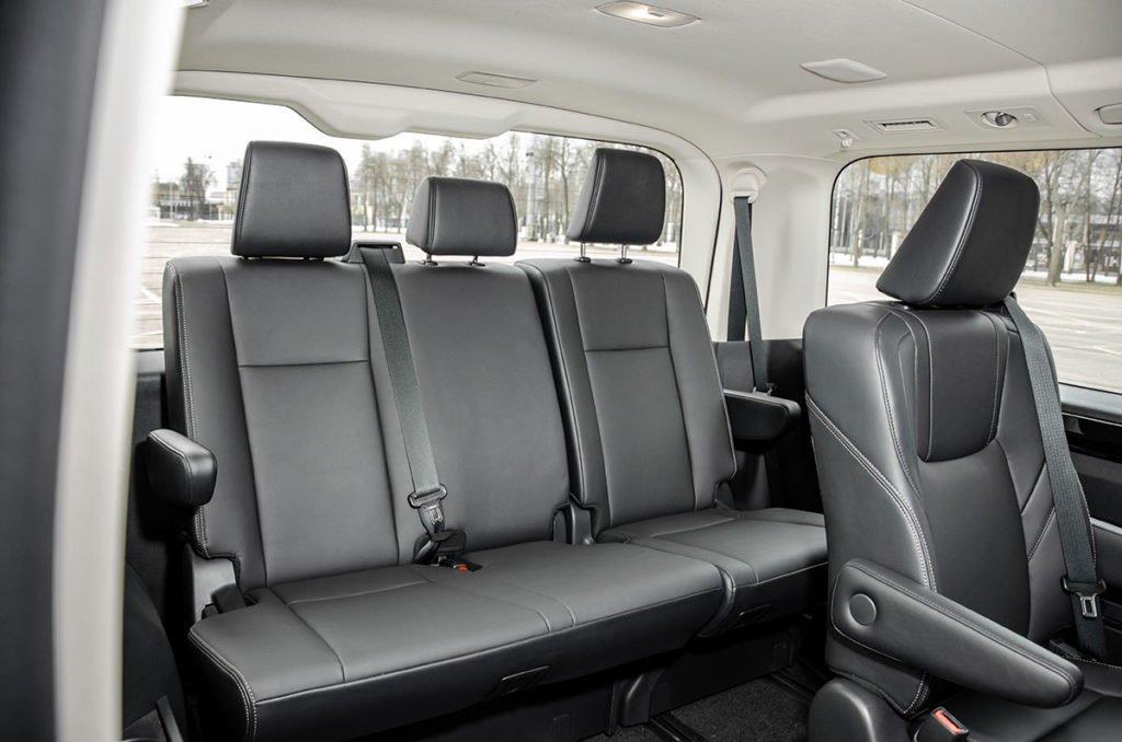 Тест Toyota Hiace VIP: крутой минивэн с «вечным» двигателем, огромным салоном и ценником ниже, чем у «Альфард»