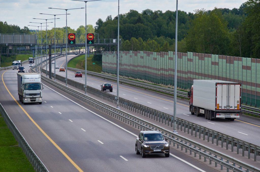 На новых участках трассы М-11 можно разгоняться до 130 км/ч: рассказываем где