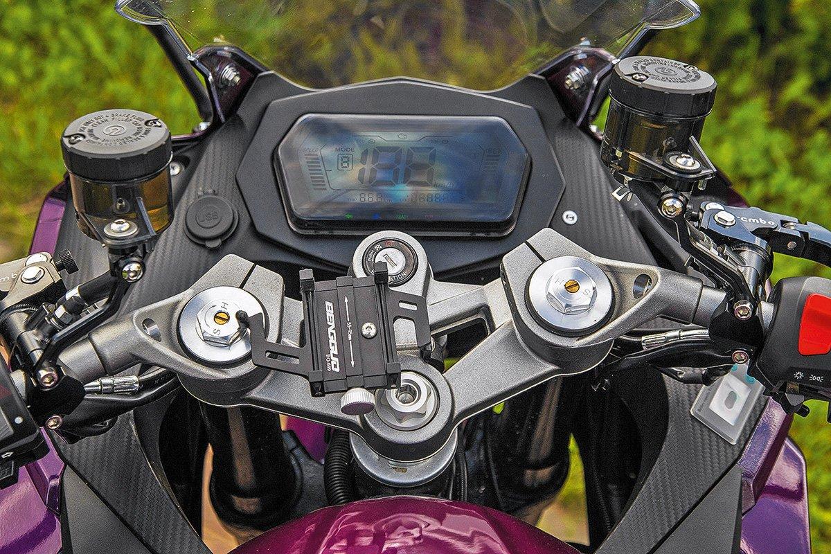 Электромотоцикл SE-R3. Батарейки в комплекте
