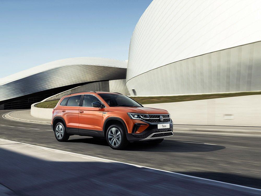 Названа цена VW Taos в России: он оказался дороже Skoda Karoq