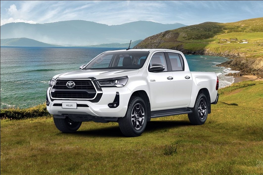 В России появился пикап Toyota Hilux с бензиновым мотором и автоматом