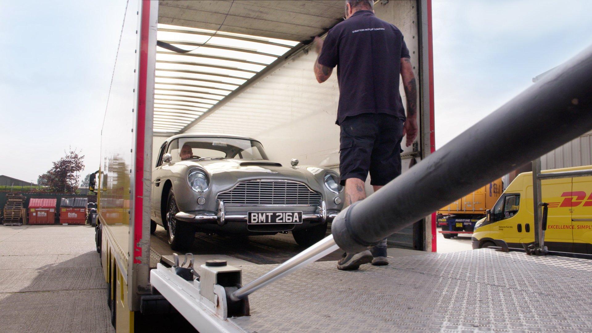 Как перевозили легендарные автомобили Джеймса Бонда: две были  с неисправным рулем, а одна вообще без колёс