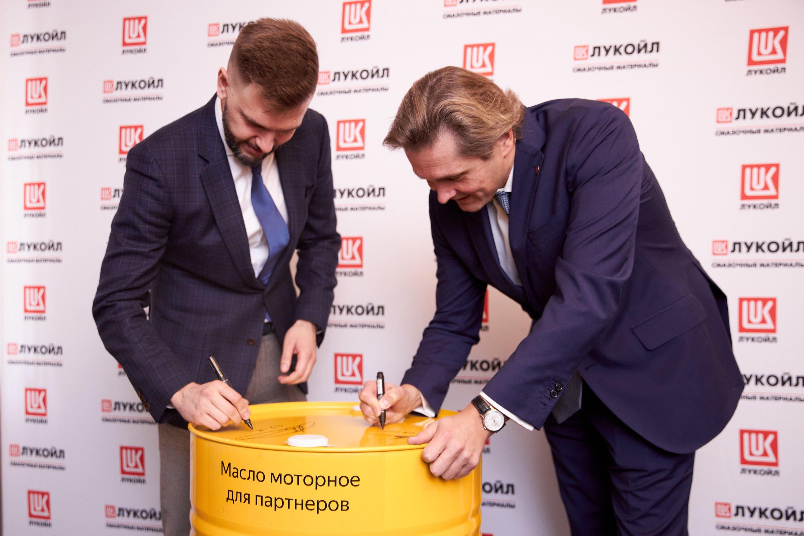 В Яндекс Такси будут заливать масла ЛУКОЙЛ