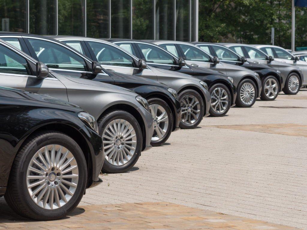 «Все равно купят»: почему автокомпаниям на руку дефицит автомобилей