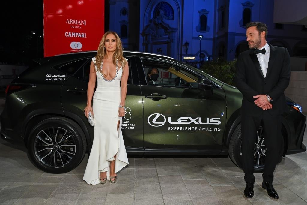 Откровенные наряды, дорогие машины: Lexus прокатил звезд кино