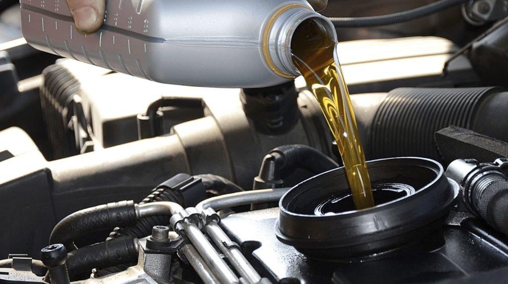 Загорелась лампа давления масла: что делать – вызвать эвакуатор или долить масло (какое)?